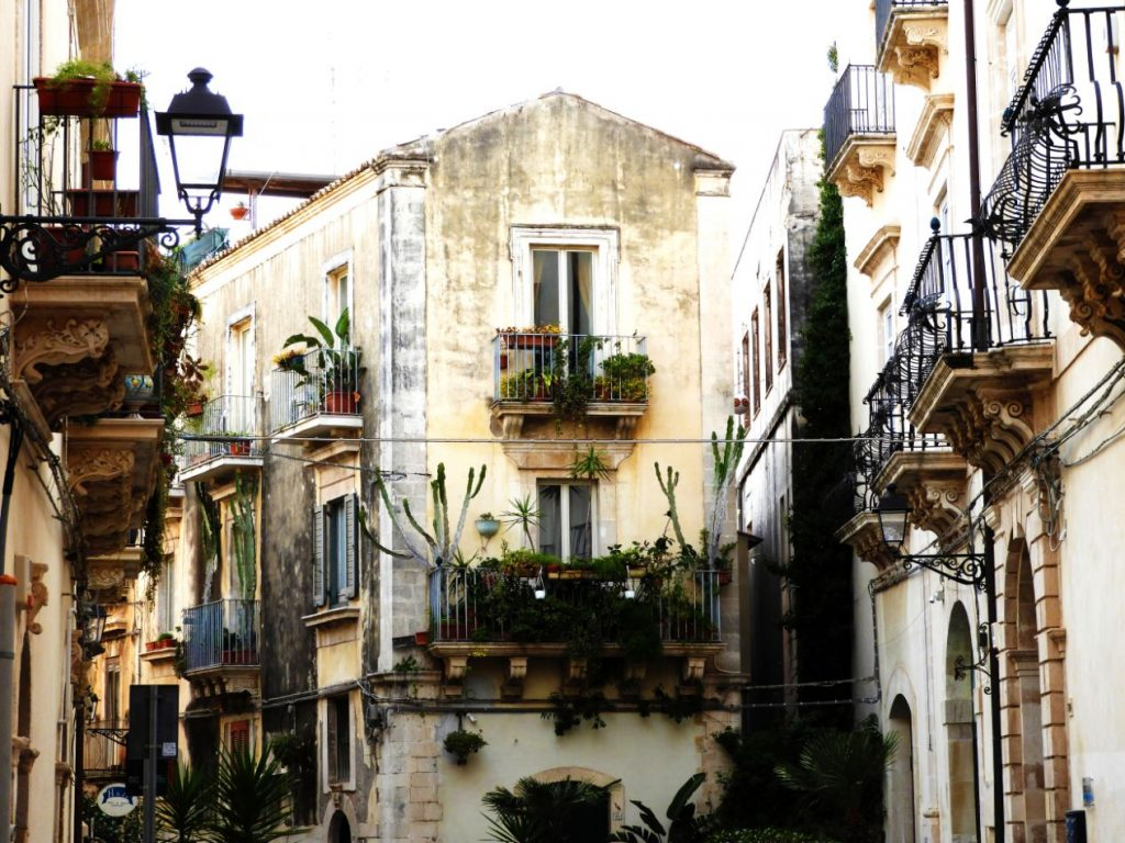 typical-street-achitecture-syracuse-sicily