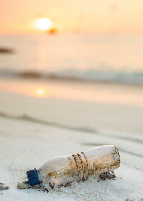 pollution-plastique-bouteille-plage