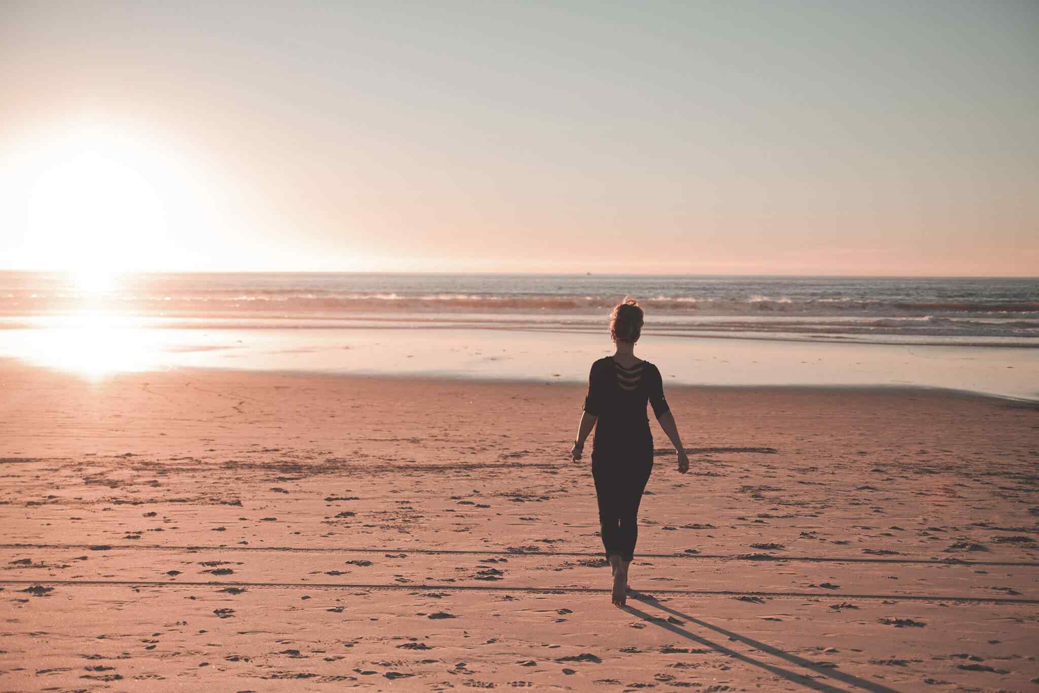 op het strand lopen