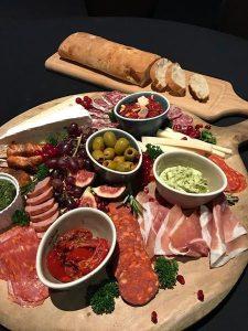 italiaanse tapas plank met stokbrood