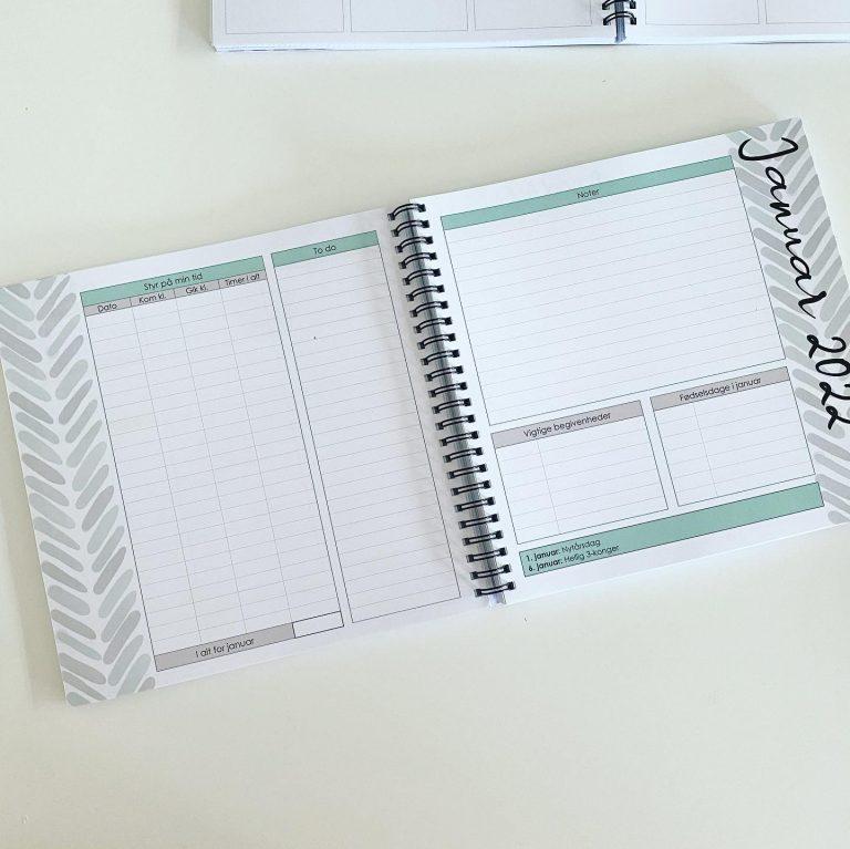 Hver måned starter med dette opslag. Her er der et skema til registrering af tid, to do-liste, plads til noter, notering af vigtige begivenheder og fødselsdage i den pågældende måned.