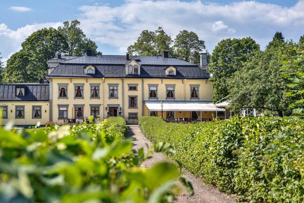 En herregård med frodig hage i Värmland i Sverige
