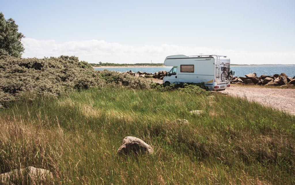 Bobil fricamper langs vestkysten av Sverige