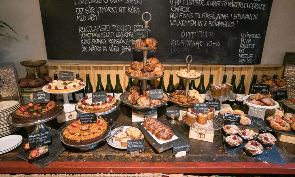 Et klassisk fikabord fullt av svenske kaker og bakverk