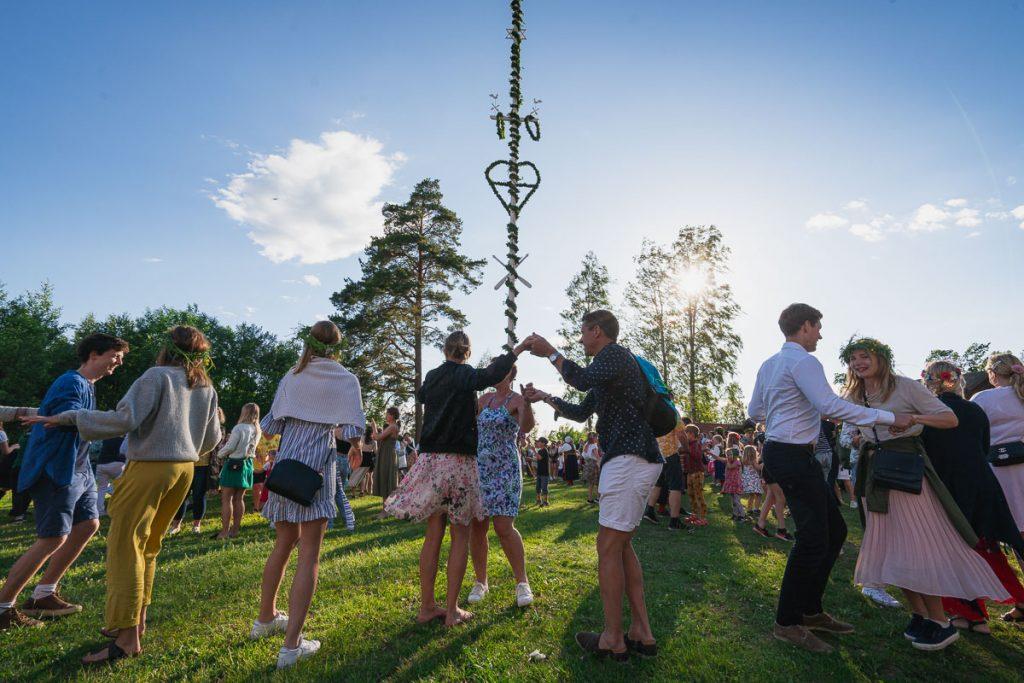 På Midtsommer danser svensker rundt stangen