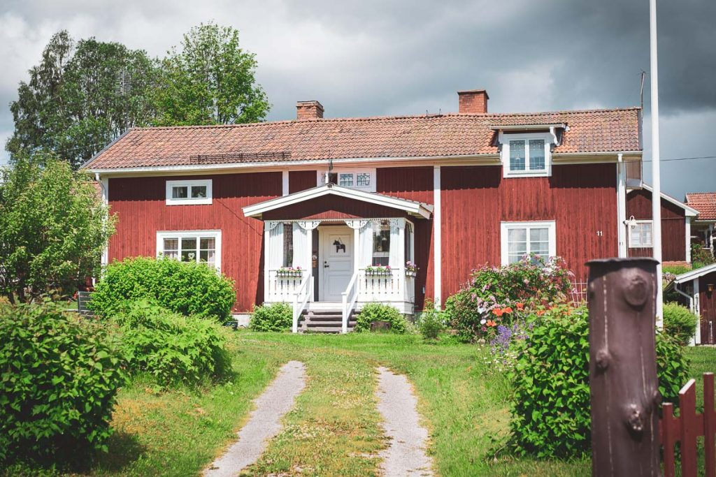 Sverige er kjent for sine røde stugor med hvite kanter