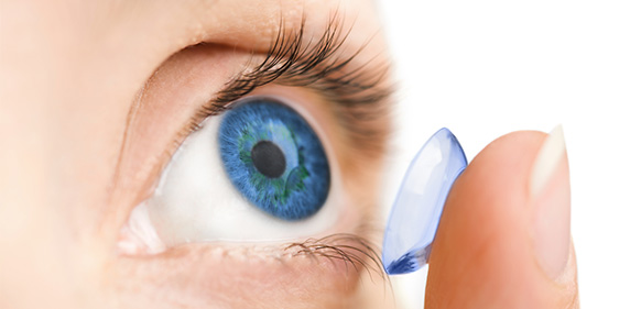 Kontaktlinse på finger