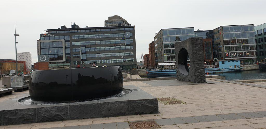 Denna bild har ett alt-attribut som är tomt. Dess filnamn är kajen_centrala_Malmö_OrtMedRehab-1024x498.jpg