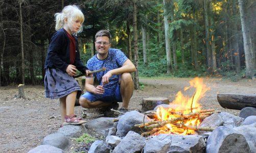 Duften af bål er for rigtig mange indbegrebet af hygge. Specielt når mørket falder på, gløderne ulmer og flammerne slikker lystigt om brændet i bålstedet. Men hvordan tænder man et bål? Outdoor-Camping giver dig her guiden. Foto: Alissa Maria Kloppenburg