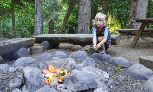 Det er tilladt at tænde bål på bålpladser på offentlige strande og i offentlige skove. Der er dog en række bål-regler, der skal overholdes, inden man beslutter sig for at bruge ild i naturen. Outdoor-Camping giver dig et overblik her. Foto: Alissa Maria Kloppenburg