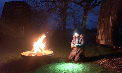 Sådan overvandt Louise frygten for at sove ude: Slog teltet op i stuen
