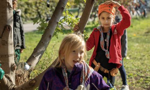Pigespejdere forgyldes: Pengeregn skal give ny viden om pigers udeliv