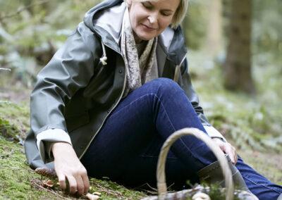 03-svampe-svampeplukker-skov-natur-portraet-portraetfoto-annaoverholdt