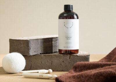 08-toerrebolde-stilleben-vaskemiddel-uld-produktbillede-styling-simplegoods-annaoverholdt