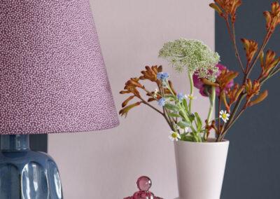 10-vaser-blomsterstyling-lampe-stribettapet-sostrenegrene-styling-miljoebillede-annaoverholdt