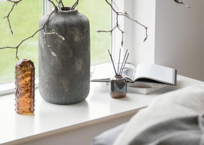10-vindueskarm-vaser-locationfoto-sengetid-annaoverholdt