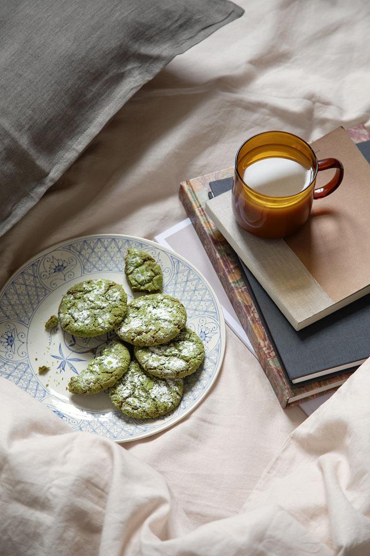 med madfotografen på madoptagelser - matcha cookies - Reklamefotograf Anna Overholdt