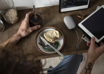 17-morgenkaffe-ipad-powerbank-opladerkabel-imagebillede-kreafunk-annaoverholdt