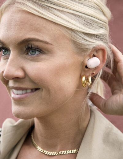 20-in-ear-hoeretelefoner-model-imagefoto-kreafunk-annaoverholdt