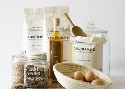 22-denstorebagekasse-ingredienser-aeg-mel-packshot-landmad-annaoverholdt