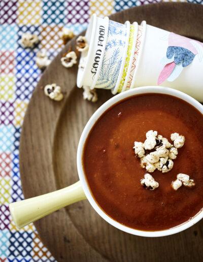 26-Opskrift-tomatsuppe-popcorn-foodstyling-madfoto-madbilleder-annaoverholdt