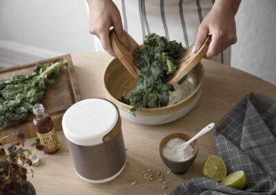 57-groenkaal-madlavning-madfotografering-hoejtaler-kreafunk-annaoverholdt