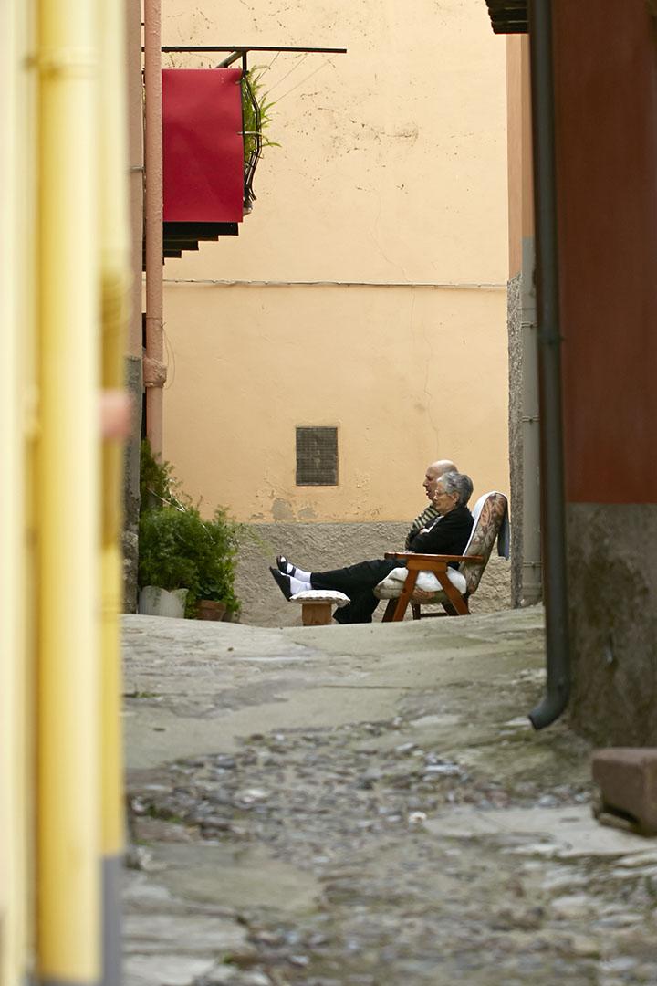 by-bosa-sardinien-mennesker-by-bosa-sardinien-fotokunst-galleribillede-gallerivaeg-annaoverholdt (1)