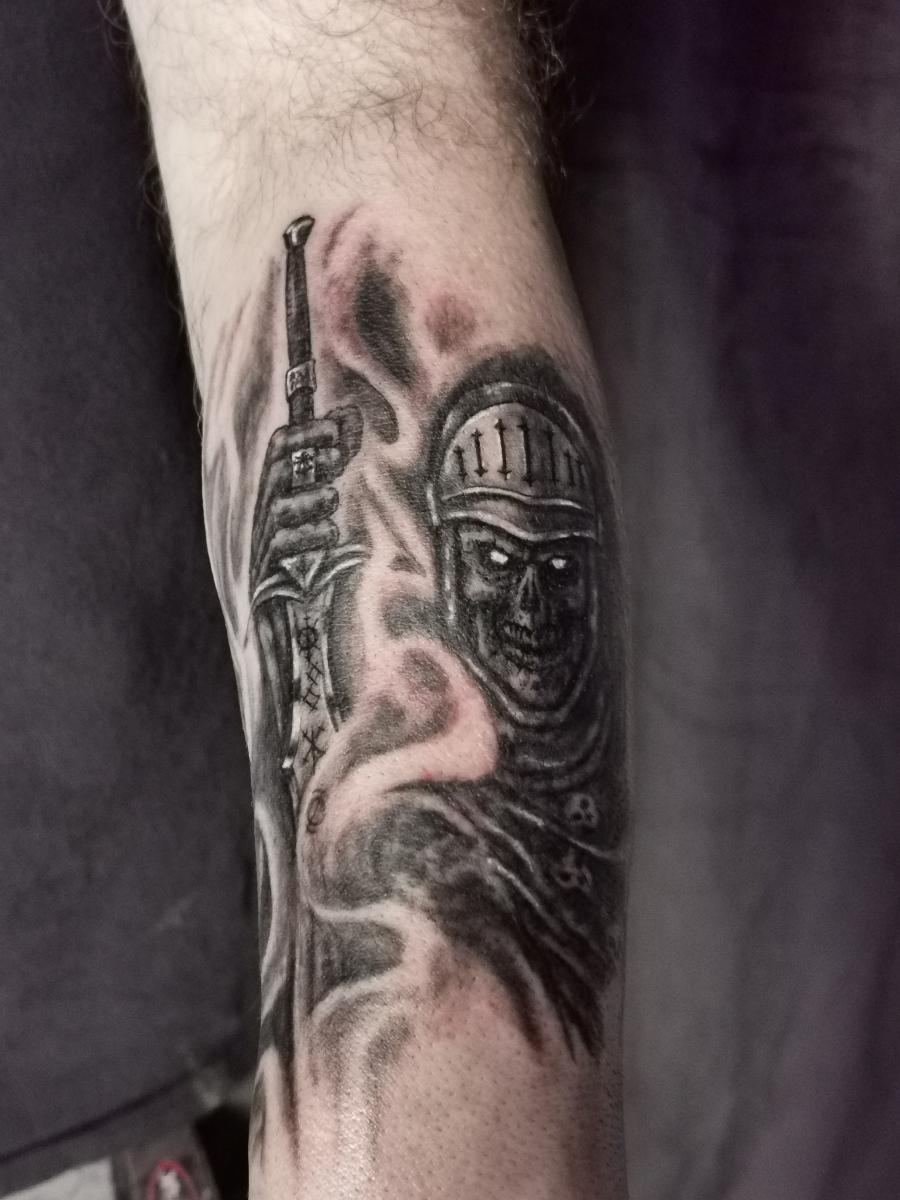 Böse Ritter Skelett mit Schwert und Rüstung