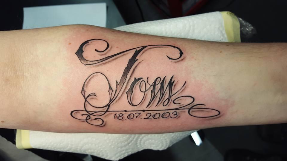 Tom Schriften Tattoo
