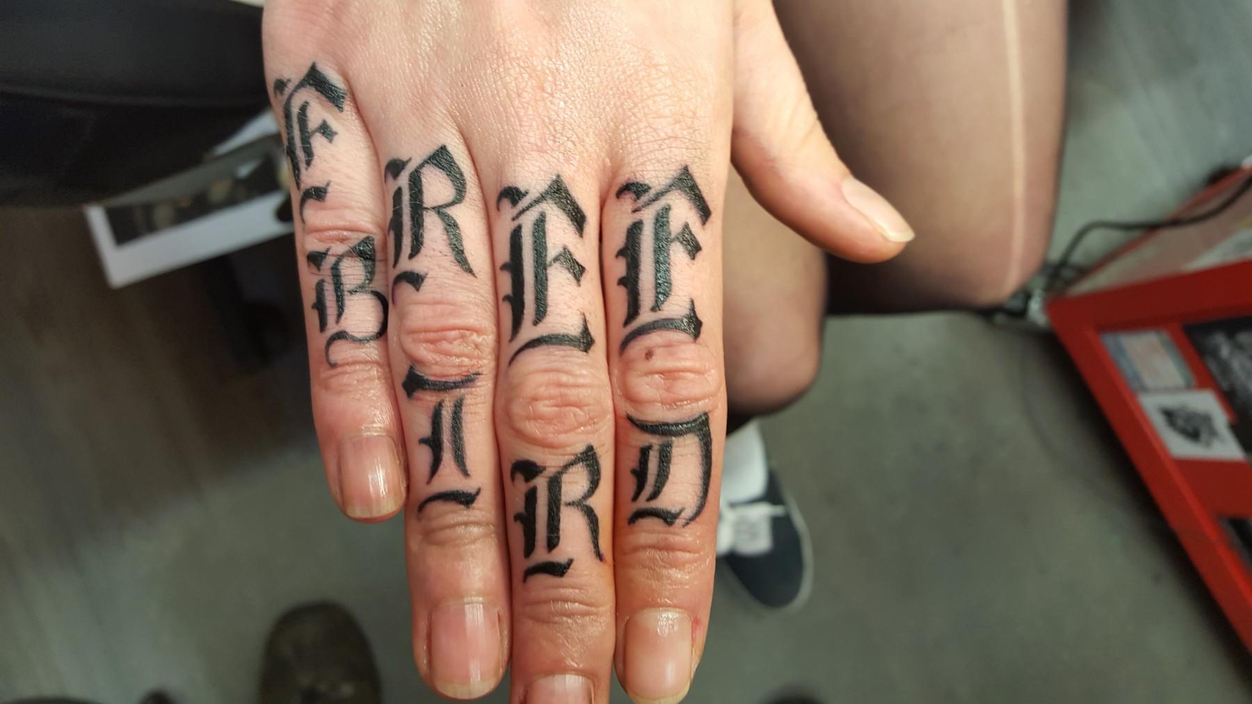 Free Bird - Schrift-Fingertattoo