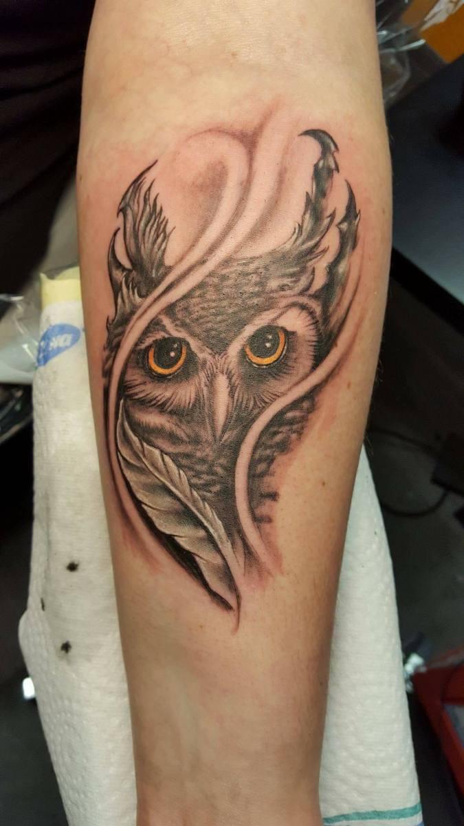 Kleine Eule Tattoo s/w mit gelben Augen