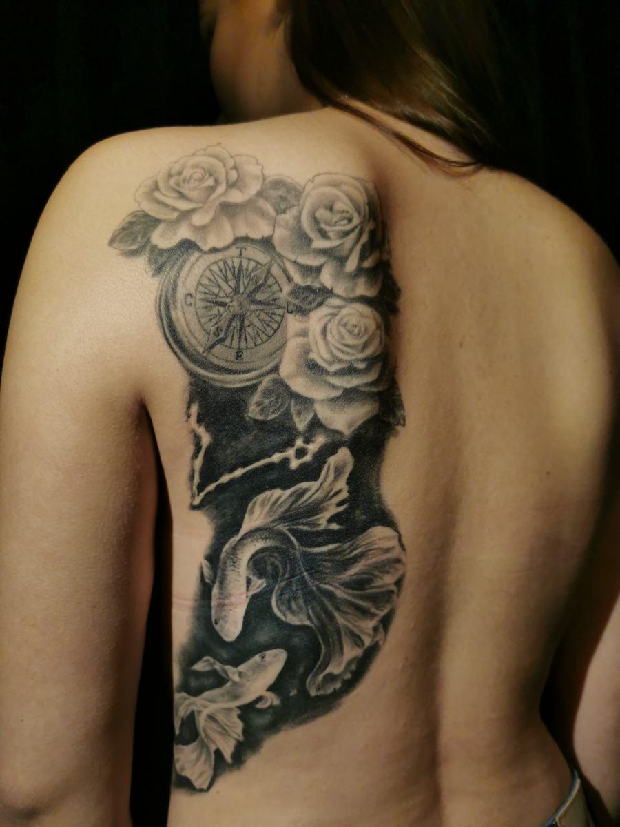 Fische Tattoo mit Kompass und Rosen