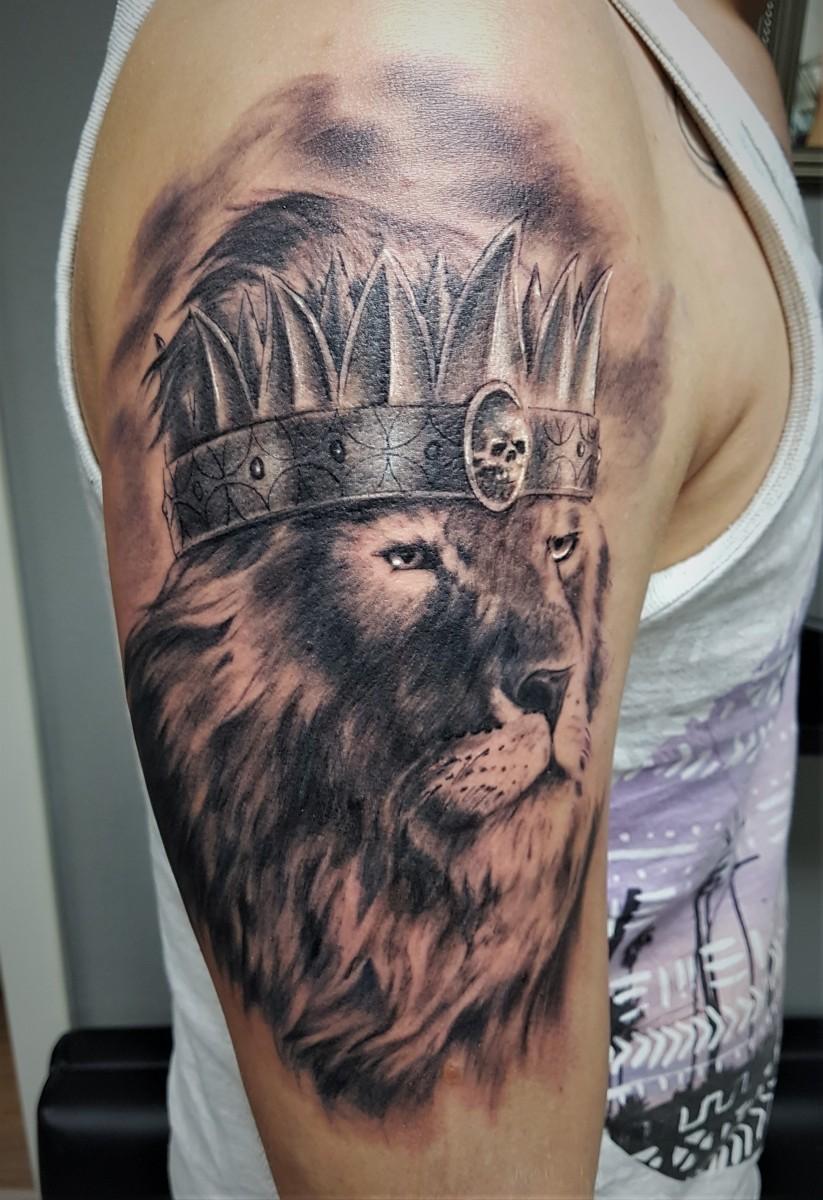 König der Tiere - Löwen Tattoo mit Krone