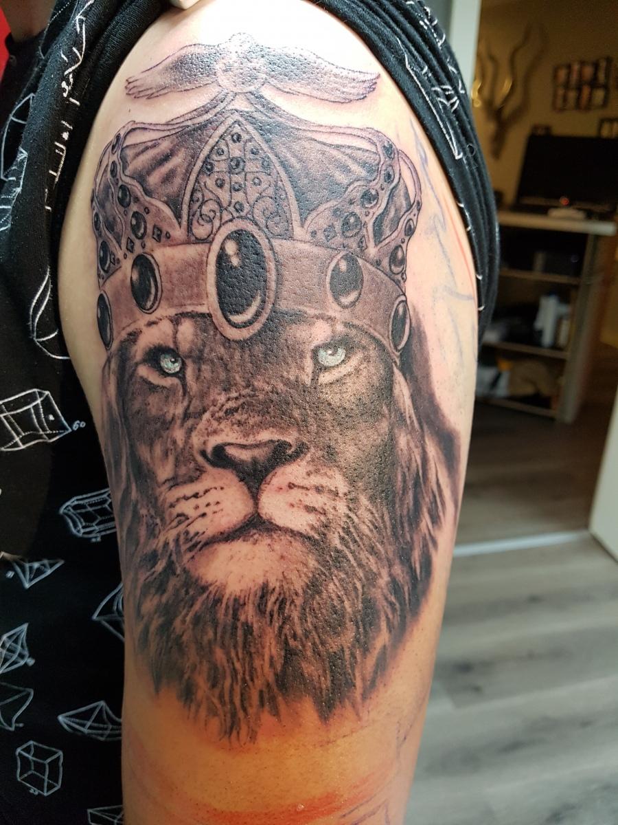 König der Tiere - Löwen Tattoo mit Krone 2