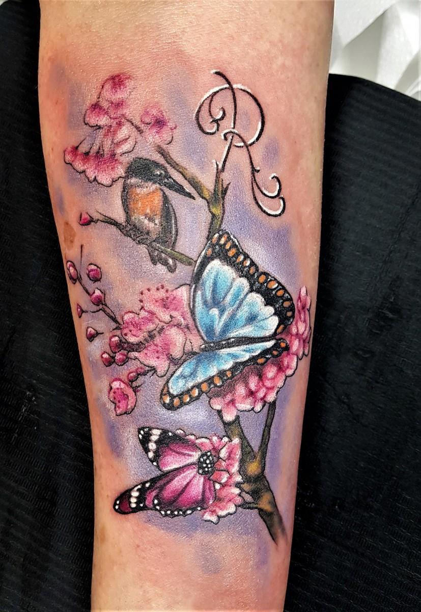 Bunte Schmetterlinge, Vogel und Kirschblüten Tattoo