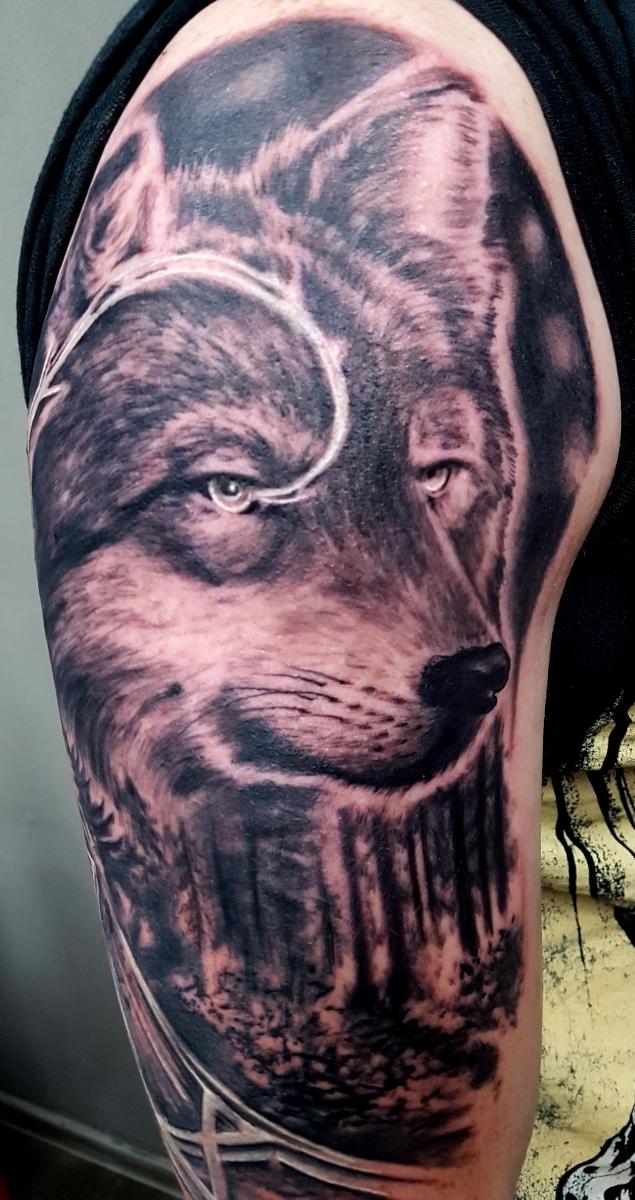 Wolfs Tattoo mit Runen und Wald