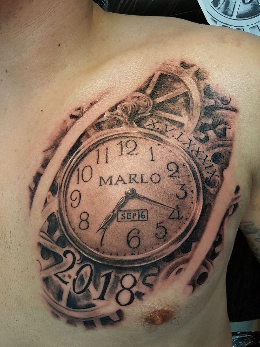 Biomechanisches Tattoo einer Uhr
