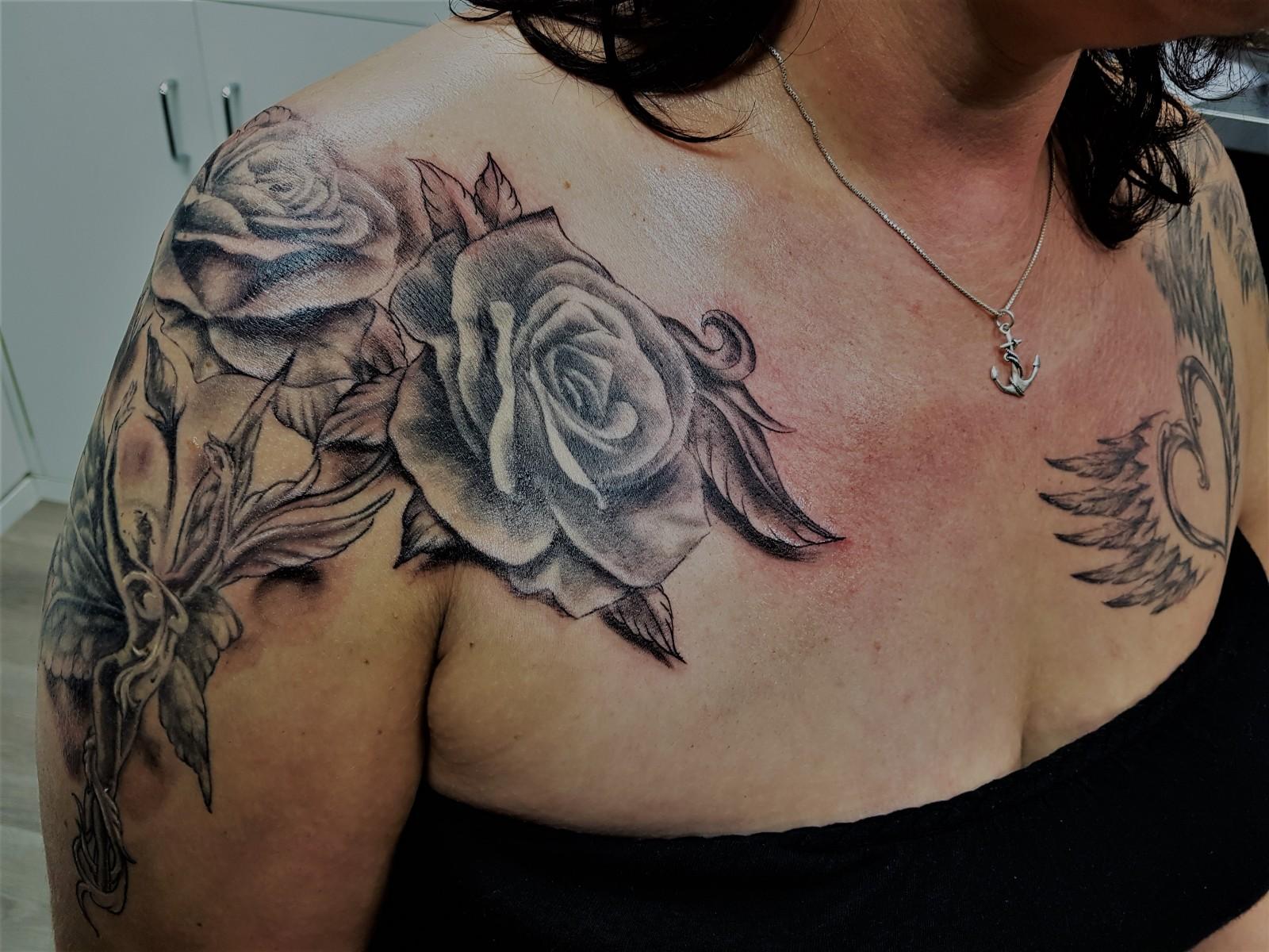 Das Tattoo mit der Elfe mit Rosen von vorne