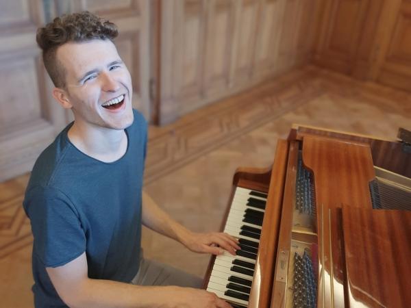 Bert Van Puymbroeck speelt piano