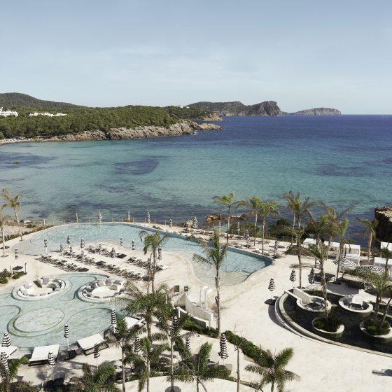 Terraza y piscina del Bless Hotel Ibiza by Palladium Hotel Group