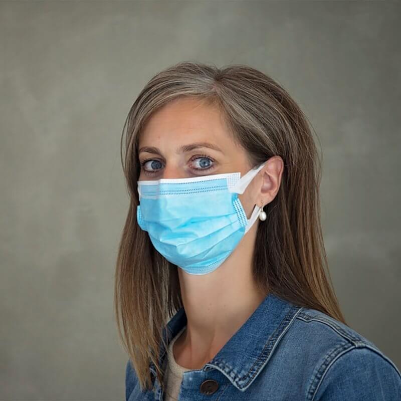 Ansigtsmaske med øreelastik - Type IIR - CE - Zhende - blå - båret på kvinde - set fra siden