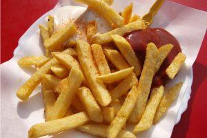 frietjes met ketchup