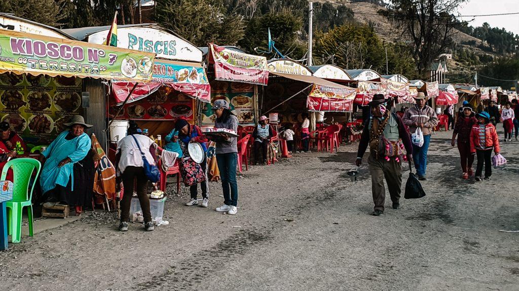 marktkraampjes rondom Titcaca meer in Copacabana bolivia