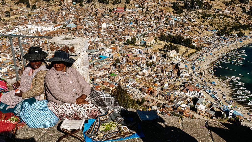 vrouwen op cerro calvario tijdens onafhankelijkheidsdag in Bolivia