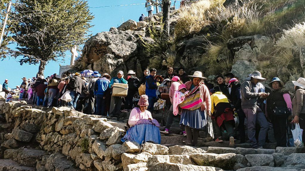 mensen in de rij op de cerro calvario