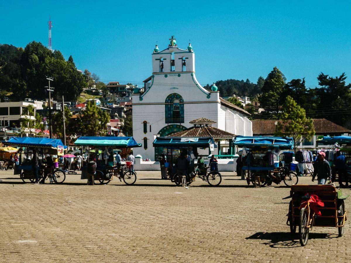 autentiek wit kerkje in San Juan Chamula, een van de indrukwekkend bezienswaardigheden rondom San Cristobal Mexico waar het inheemse en katholieke geloof samenkomen