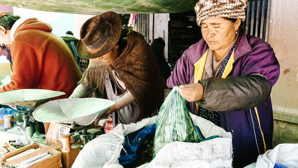 coca bladeren op de Tarabuco markt waar lokale mensen hun waar verkopen