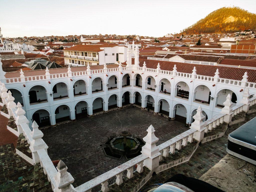 Het koloniale centrum van Sucre Bolivia is sinds 1991 Unesco cultureel erfgoed en telt talloze pleinen, patio's, mooie huizen, kerken en kloosters