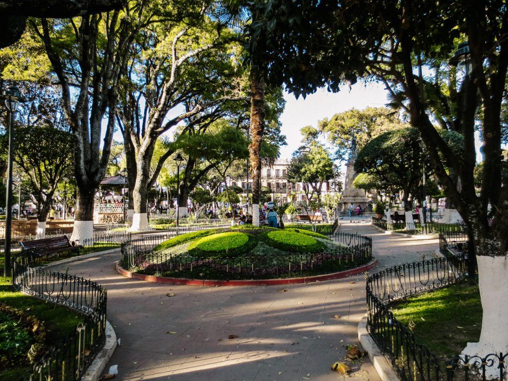De bezienswaardigheden in Sucre Bolivia zijn onmisbaar, maar neem ook plaats op een bankje op plaza 25 de Mayo en observeer