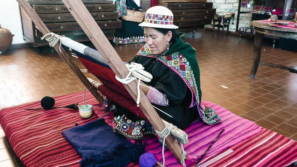 vrouw aan het weven in, Museo de Arte Indígena Asur museum over handwerk en weefkunst in sucre